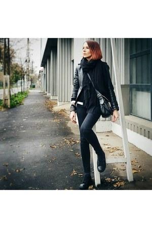 black leather Mango jacket - black Levis sneakers