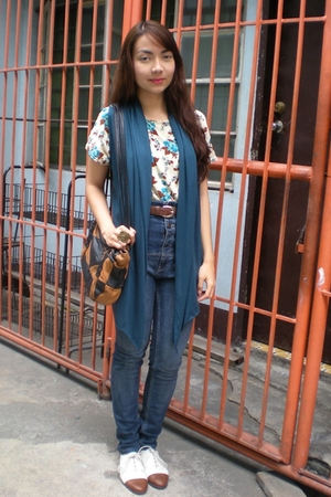 beige vintage top - Topshop jeans - blue moms vest - white vintage shoes