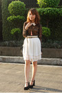 Black-blouse-white-skirt-black-heels-salmon-necklace-camel-belt