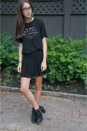 french text Zara t-shirt - material girl boots - black pleated Topshop skirt