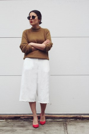 camel H&M sweater - white culottes Nasty Gal shorts - red pull&bear heels