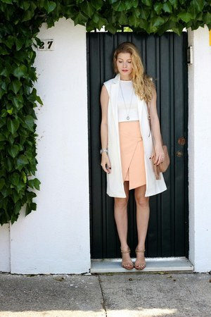 white daily look top - tan Gucci purse - peach Minty Meets Munt skirt