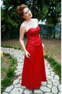 Ruby-red-formal-dress-fanny-dress-gold-nina-heels