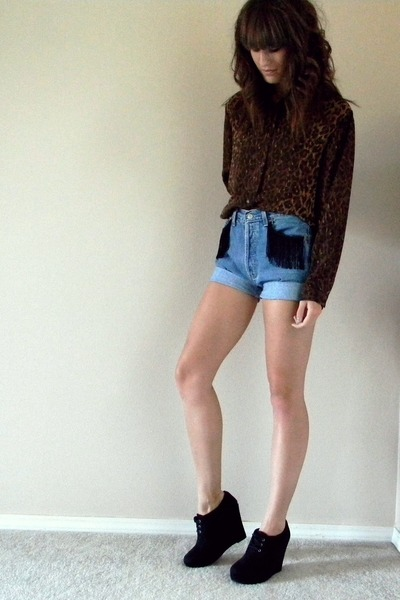 dark brown leopard print top - sky blue Levis shorts