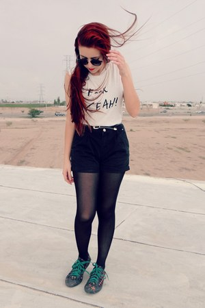 MinkPink t-shirt - shorts - sunglasses
