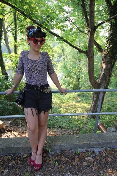 chain link vintage purse - Vintage Lee shorts - Ebay sunglasses