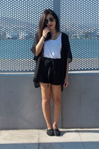 black TOMS shoes - black H&M shirt - black Stradivarius shorts