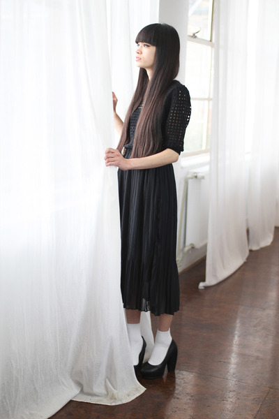 black knitted top THE WHITEPEPPER dress - black leather THE WHITEPEPPER pumps