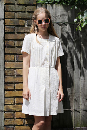ivory THE WHITEPEPPER dress - camel THE WHITEPEPPER sunglasses