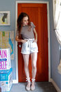 T-shirt-white-belt-blue-shorts-beige