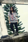 Gray-thrifted-boots-heather-gray-thrifted-shirt-black-uniqlo-pants