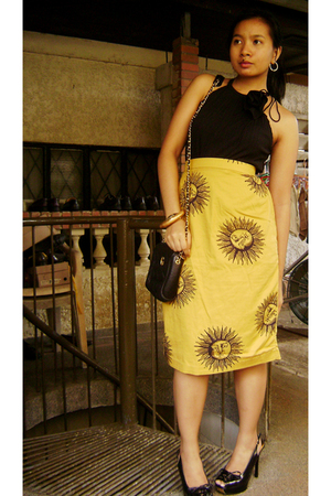 sleeveless with rosette vintage top - vintage skirt - vintage sling bag accessor