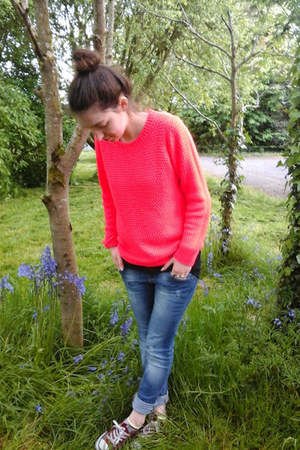 red neon Only jumper - maroon Converse shoes - blue distressed Bershka jeans