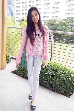 light pink floral shirt - heather gray jeans - green bag - bubble gum cardigan