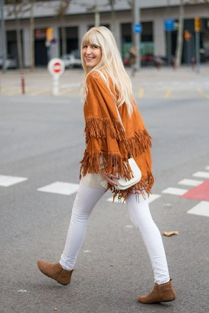 white Paco Martinez bag - tawny booties Tex boots - white skinny H&M pants