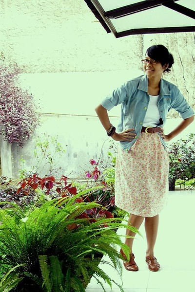 blue jacket - white top - skirt - brown shoes - brown belt
