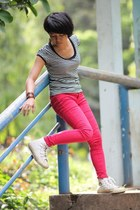 black t-shirt - hot pink pants - ivory Converse sneakers