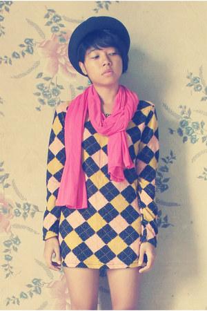 mustard sweater - black hat - hot pink scarf