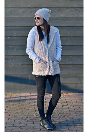 beige ami clubwear vest - printed heel Aldo boots - beige beanie neff hat