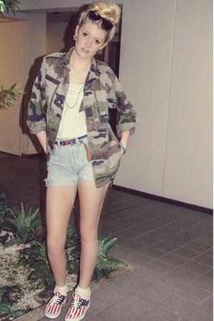 camouflage US Army jacket - denim Levis shorts