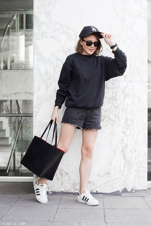 black Mansur Gavriel bag - black Levis shorts - black Ray Ban sunglasses