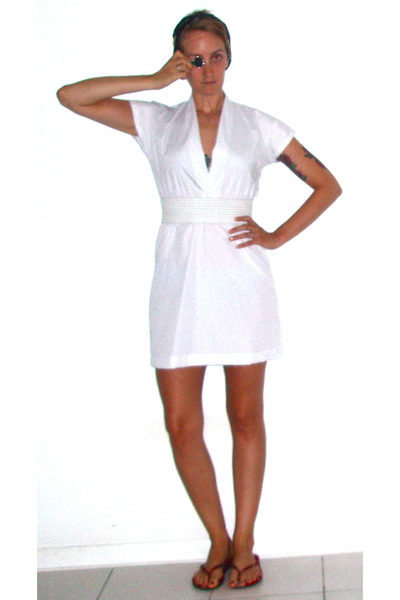 white American Apparel dress - white vintage belt - red vintage shoes - silver E
