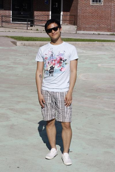 Men's Off White Shoes, Tan Shorts, Black Sunglasses, Light Blue Ts ...