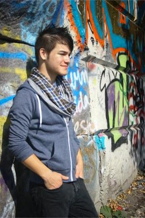 blue zip up hoodie - jeans - scarf
