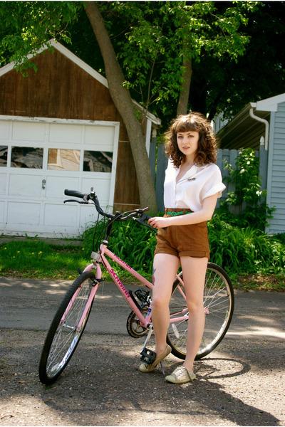 off white vintage unknown shirt - dark brown vintage unknown shorts