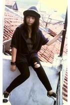 black hat - blue shirt - black leggings - white