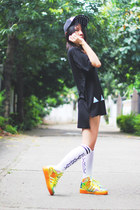 Outerspace hat - pyrex socks - Modifins t-shirt - Adidas sneakers