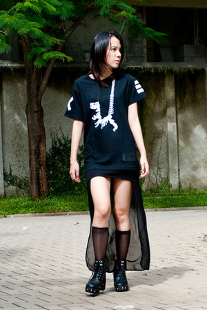 black KML boots - white Label Cut necklace - black Cest Vingt Trois top