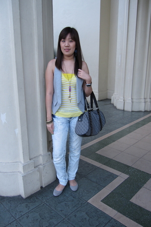 gray Zara vest - yellow Zara top - white Mango jeans - gray Cole Vintage shoes -
