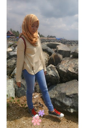 Logo jeans - Elzatta scarf - Tarry Collection t-shirt - Nourth Star sneakers