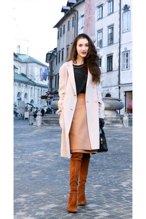 burnt orange stuart weitzman boots - off white Max Mara coat
