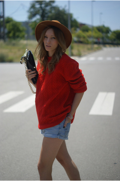 Sfera hat - Mango sweater - Levis shorts