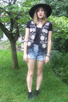 black vintage hat - black top - black vintage vest - blue Levis shorts - black M