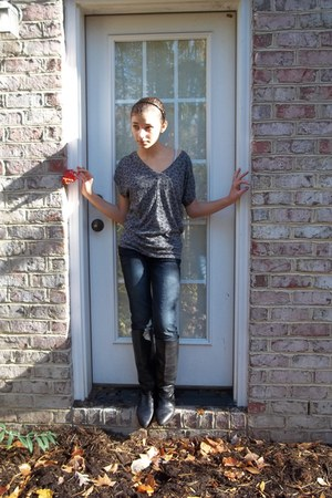 gray Gap shirt - black boots - heather gray American Eagle jeans