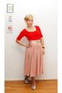 Red-shirt-silver-flats-light-pink-skirt-gold-belt