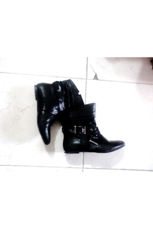 black unbranded boots