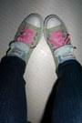 White-t-shirt-dark-gray-pants-aquamarine-converse-shoes