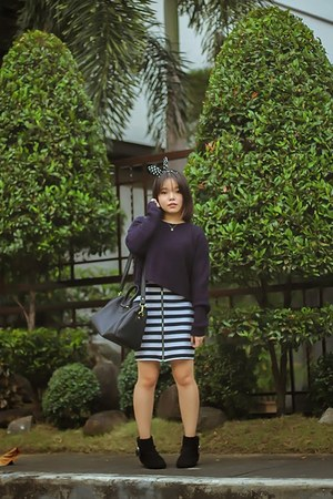 black boots - white dress - navy Forever 21 sweater - black bag
