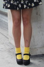 Yellow-my-mums-socks-black-daisy-print-new-look-dress-black-accessorize-hat