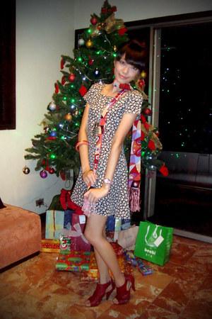 black vintage dress - hot pink gifted scarf - silver online necklace - pink Sanr