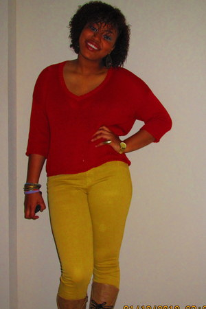 mustard jeans - red top