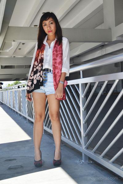 pink scarf - light blue denim highwaist Fashion Infinity shorts - white top