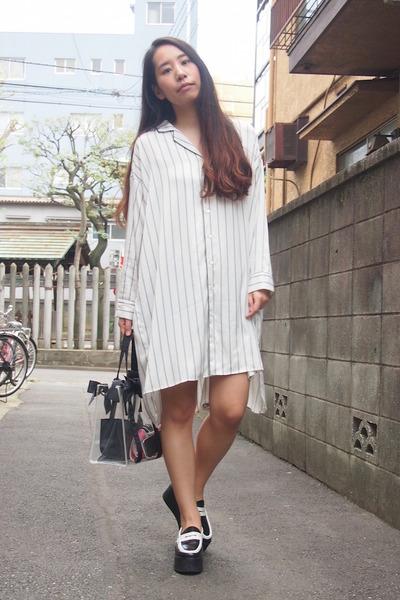 white striped pajama IENA SLOBE dress - black transparent nadesico bag
