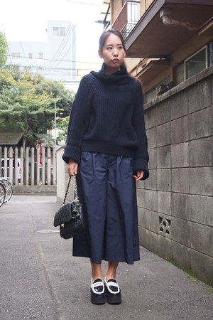 navy loose ribbed Toga Pulla sweater - black quilted chain beaure bag