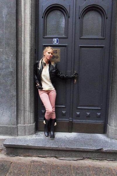 black boots - bubble gum jeans - black jacket - ivory sweater - black gloves