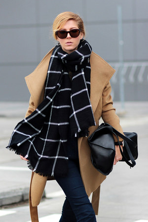 camel self-tie romwe coat - navy jeans - black checked romwe scarf - black bag